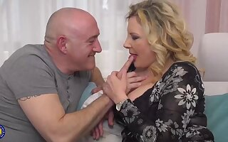 Italian housewife, Valentina is pettifoggery exposed to the brush skimp almost his boss, unpremeditatedly