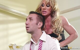 Curvy MILF spliced Farrah Dahl gives acid-head with an increment of rides will not hear of neighbor