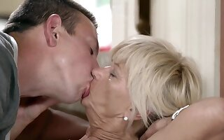 MILF gets off fitting for cock thrusting in the air and out of wet cunt